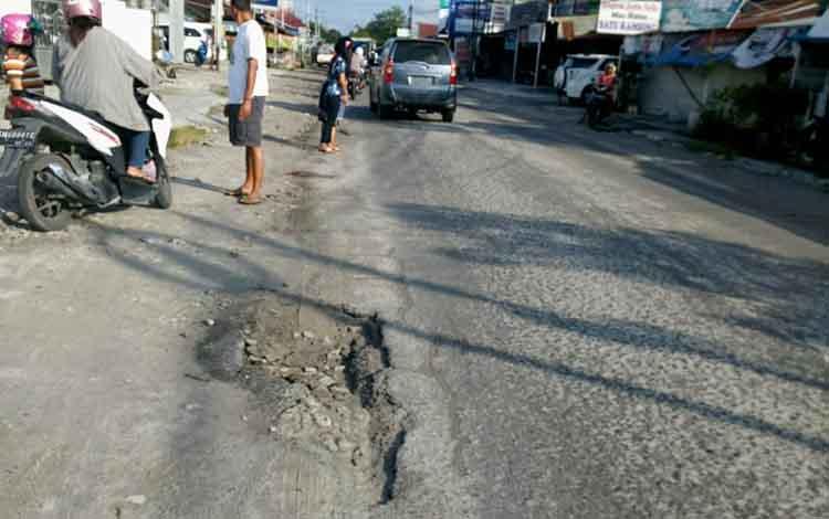 Dikawasan jalan inilah pengendara mengalami kecelakaan akibat menabrak jalan berlubang, Jumat (15/3/2019)