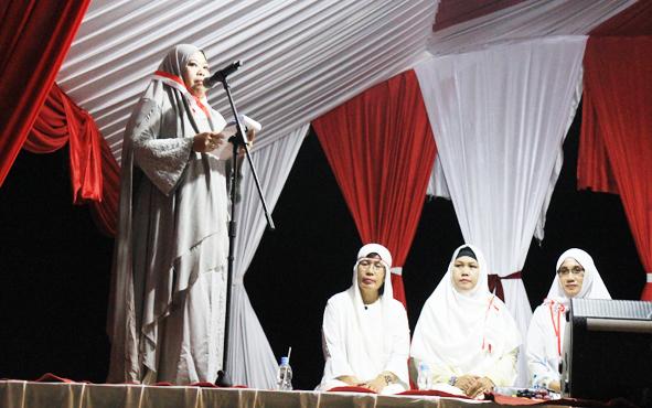 Bupati Kotawaringin Barat Nurhidayah saat menyampaikan sambutan pada Tablig Akbar Kebangsaan di Stadion Sampuraga, Kota Pangkalan Bun, Jumat (15/3/2019) malam.
