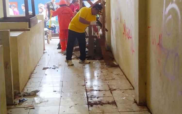 Edy Pratowo saat turun tangan membersihkan kondisi pasar patanak yang penuh sampah berserakan.