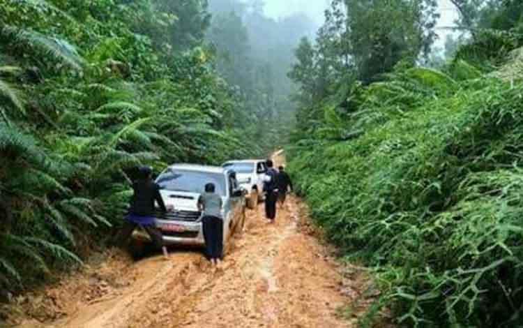 Kondisi jalan Rantau Pulut-Tumbang Manjul saat musim hujan.