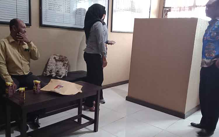 ER (baju kuning) bersama penyidik dan dari Bapas Sampit.