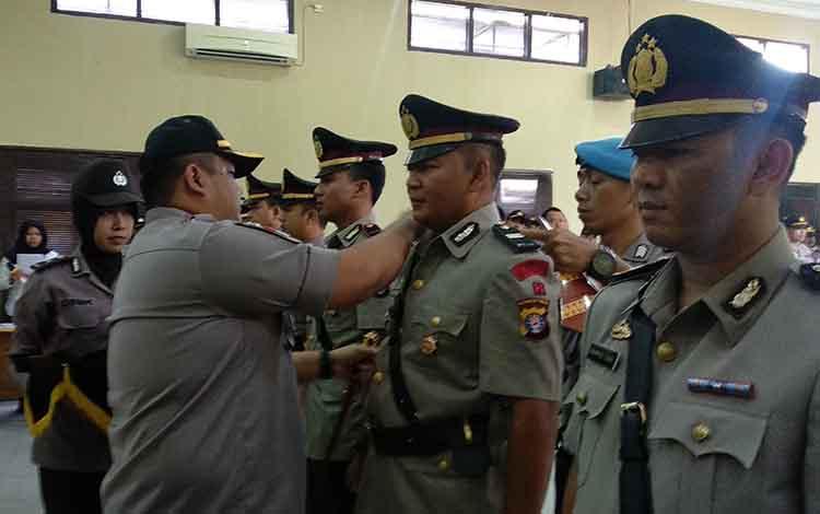 Kapolres Kotim AKBP Mohammad Rommel memasangkan pangkat jabatan kepada perwira yang pindah tugas, Jumat (15/3/2019).