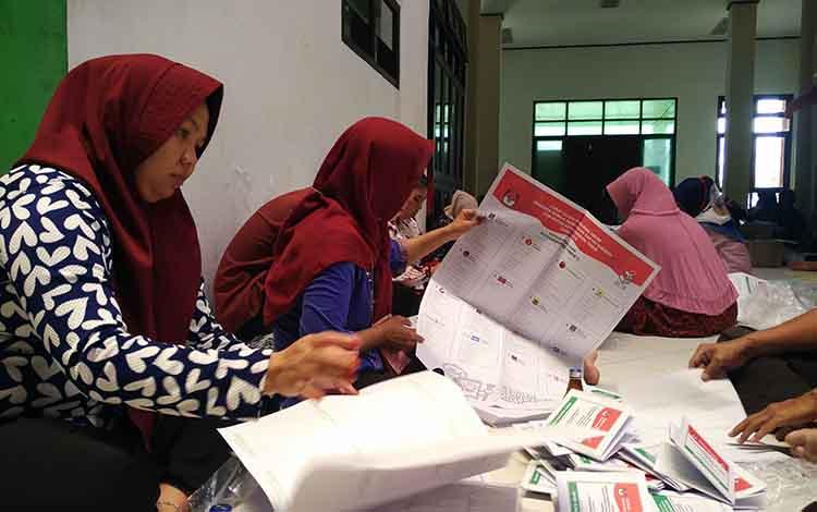 Sejumlah petugas saat melakukan pelipatan dan penyortiran surat suara Pemilu 2019.