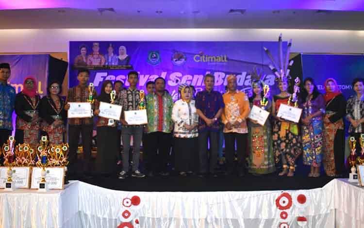 Kepala Disbudpora Kapuas Tatang Lesmana bersama para peserta lomba kesenian daerah.