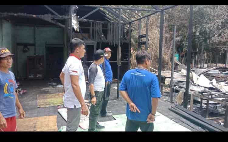 Ketua Komisi III DPRD Kotim, Rimbun meninjau rumah warga yang terbkar di Desa Palangan.