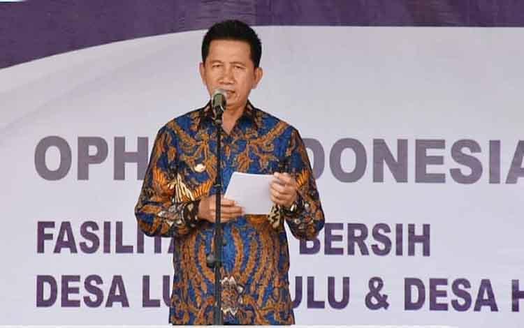Bupati Barito Utara, Nadalsyah saat memberikan sambutan pada peresmian fasilitas air bersih CSR Ophir Indonesia.