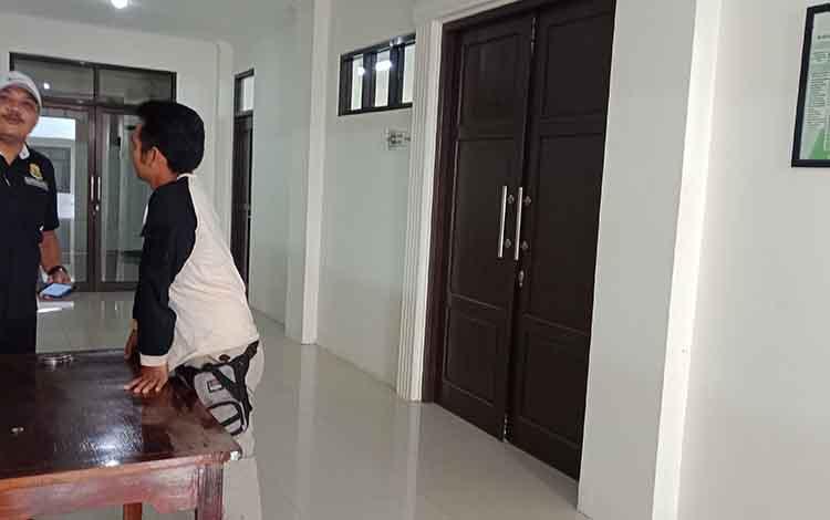 Penyidik kasus anak di depan ruang sidang anak Pengadilan Negeri Sampit.