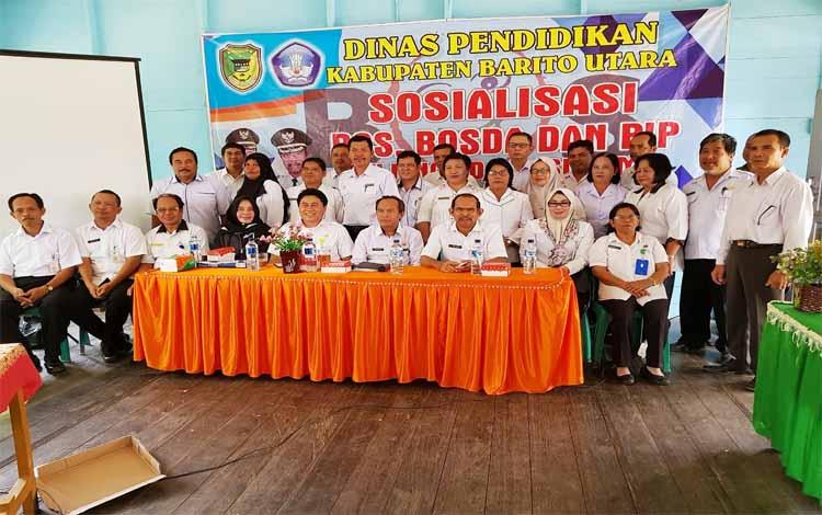 Para guru foto bersama seusai mengikuti sosialisasi dana BOS di Muara Teweh