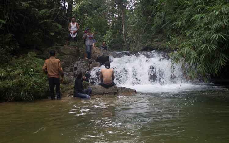 Warga Kabupaten Sukamara yang berkunjung di Bukit Tarahan di Desa Semantun, Kecamatan Balai Riam, Kabupaten Sukamara sedang asik bermain air.