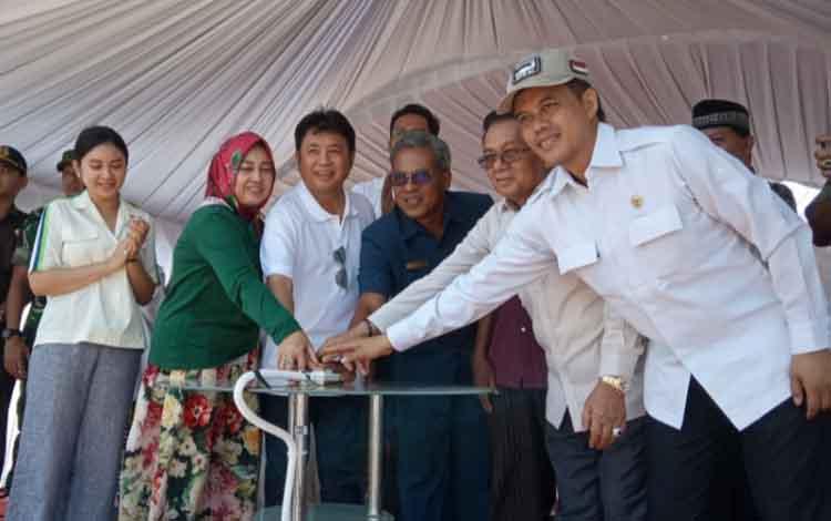 H Abdul Rasyid dan jajaran pejabat serta tokoh masyarakat saat memencet sirene peresmian pembangunan Mercure Hotel dan CBI Tower