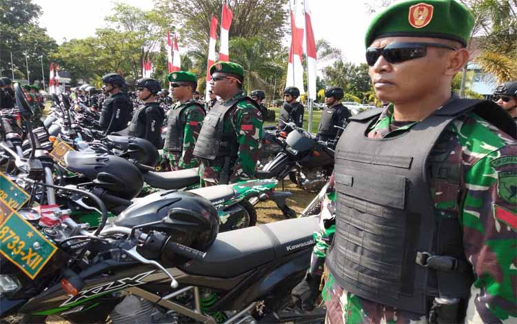 Anggota TNI mengikuti apel gelar pasukan di halaman kantor gubernur Kalteng, Jumat (22/3/2019)
