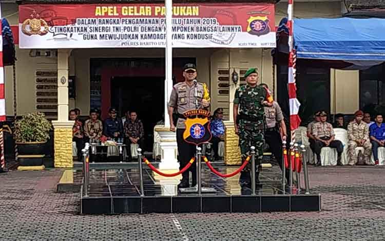 Kapolres Barito Utara, AKBP Dostan Matheus Siregar memimpin apel gelar pasukan, Jumat (22/3/2019)