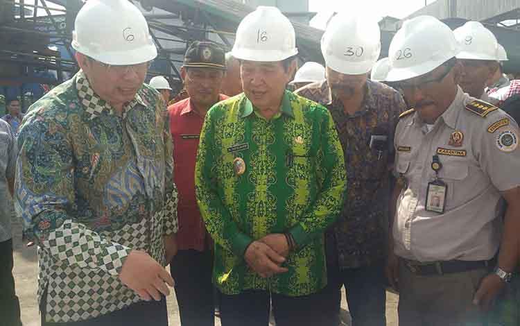 Wakil Bupati Kotim Taufiq Mukri bersama sejumlah pejabat saat melepas ekspor komoditas pertanian dan perkebunan.