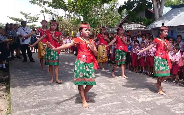 Peserta didik SMPN 1 Satap Sepang yang tergabung dalam Sanggar Seni Hatindih Lingu Nalatai saat tampil mempersembahkan tari-tarian pada suatu kegiatan di Desa Pematang Limau Kecamatan Sepang, baru-baru ini.