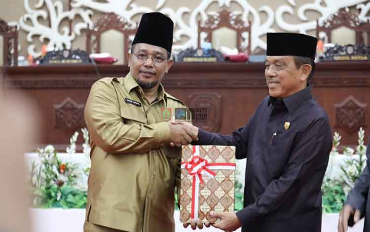 Wakil Gubernur Kalteng Habib  Said Ismail menyerahkan naskah laporan keterangan pertanggungjawaban tahun anggaran tahun 2018 kepada Wakil Ketua DPRD Kalteng Abdul Razak, Senin (25/32019).