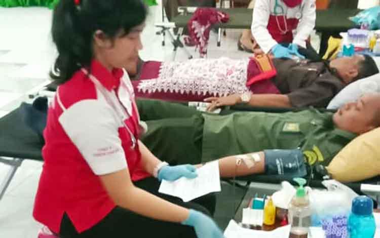 Salah satu Pegawai Pengadilan Negeri Palangka Raya saat melakukan donor darah, Senin (25/3/2019).