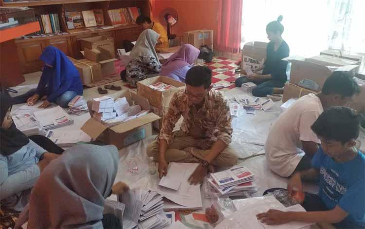 Pelipatan dan penyortiran surat suara di KPU Kota Palangka Raya