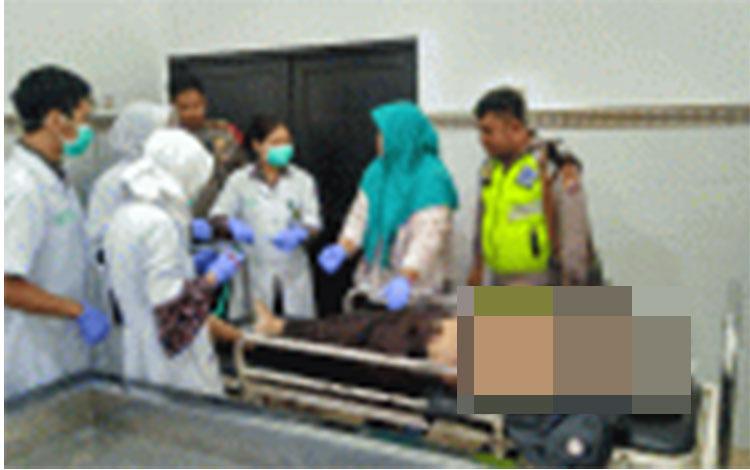 Jenazah korban kecelakaan yang sudah terbujur kaku divisum oleh Tim Dokter Forensik RSUD Doris Sylvanus