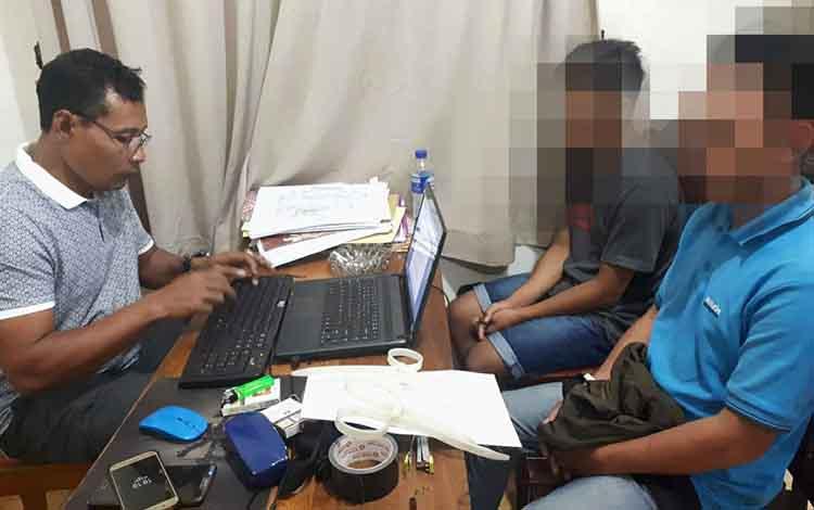 Dua mahasiswa menjalani pemeriksaan di ruang Satuan Reserse Narkoba Polres Palangka Raya, Rabu (27/3/2019).