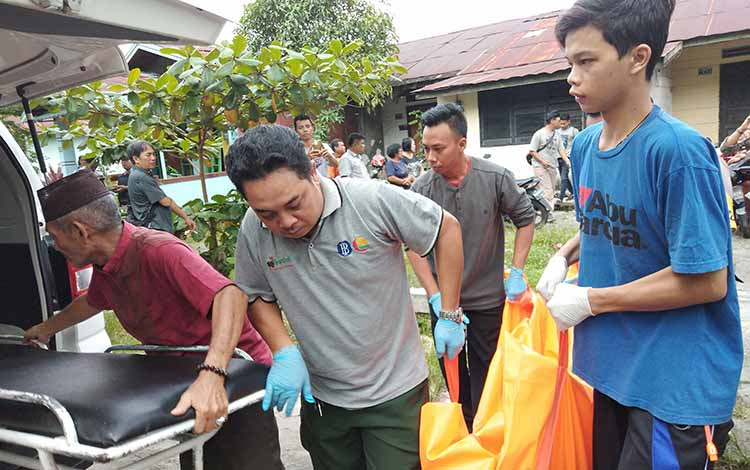 Jenazah AS dibawa menuju ruang Kamboja, RSUD dr Doris Sylvanus Palangka Raya, Jumat (29/3/2019).