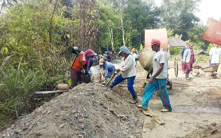 Pengerjaan jalan Desa Lampeong I, Kecamatan Gunung Purei