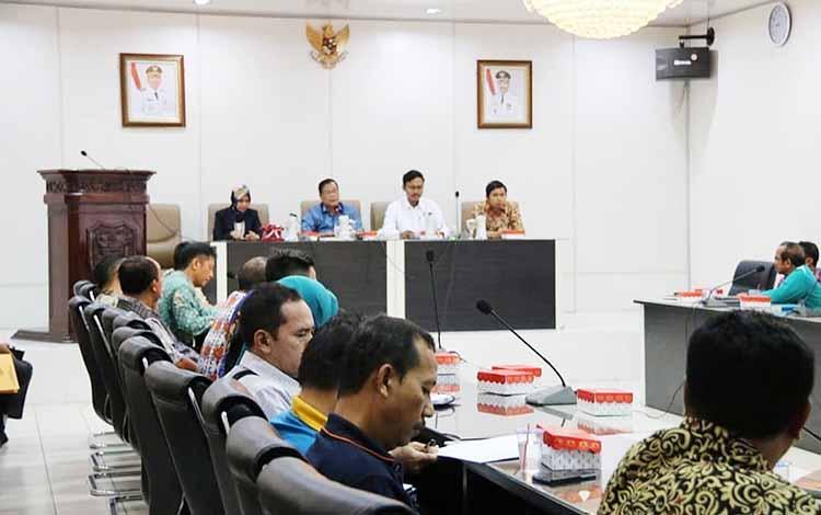 Sekda Barito Utara, Jainal Abidin saat rapat bersama tim auditor BPK RI, terkait pemeriksaan LKPD, Jumat (29/3/2019).