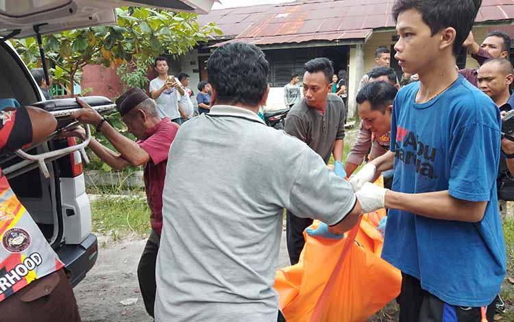 Jenazah AS ketika dievakuasi menuju mobil ambulans berikut ke ruang Kamboja, RSUD dr Doris Sylvanus Palangka Raya, Jumat (29/3/2019).