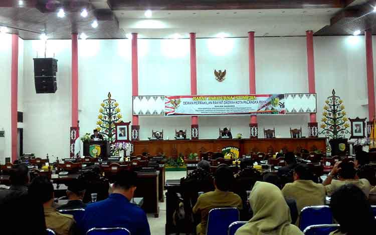 Juru Bicara DPRD, Alfian Batnakanti membacakan rekomendasi DPRD, Senin (1/4/2019).