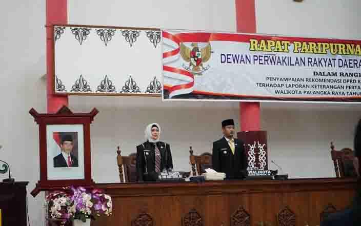 Wali Kota Palangka Raya, Fairid Nafarin dan wakilnya, Umi Mastikah menghadiri rapat paripurna.