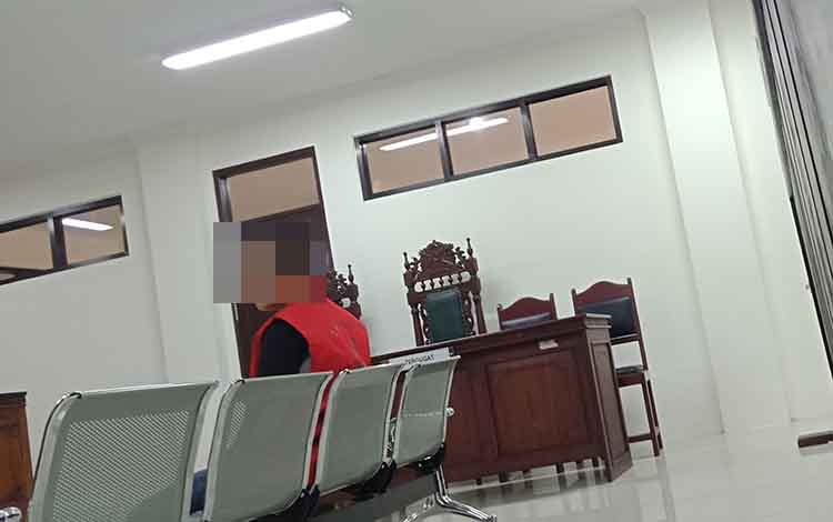 Jup alias Od alias Un terdakwa kasus pembunuhan saat di Pengadilan Negeri Sampit