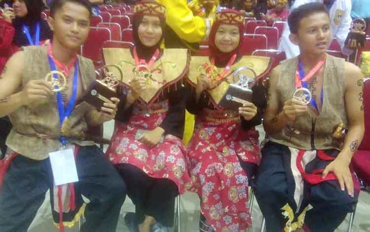 Kontingen asal Kalimantan Tengah foto bersama seusai menerima penghargaan atas katergori yang dilombakan
