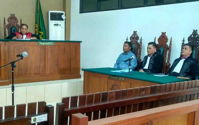 Mantan Bupati Katingan, Yantenglie (kemeja biru) didampingi kuasa hukumnya saat disidang di Pengadilan Tipikor Palangka Raya, Selasa (2/4/2019).