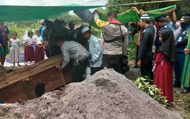 Proses pemakaman korban tenggelam, Mahlan, nelayan asal Desa Kubu.