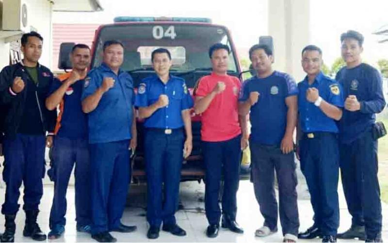 Kabid Damkar, Lentah Rumbang (tengah) bersama sejumlah personel damkar Kecamatan Kurun.