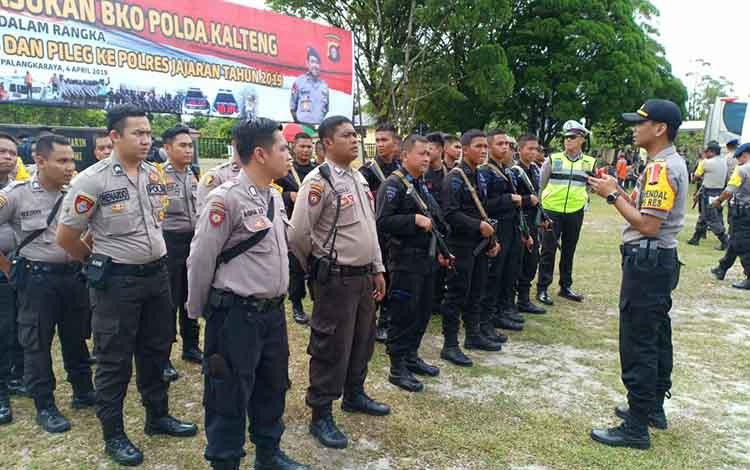 Kabag Ops Polres Bartim AKP Asdini Pratama memberikan arahan kepada personel BKO Polda Kalteng, seusai upacara pelepasan, Kamis (4/4/2019).