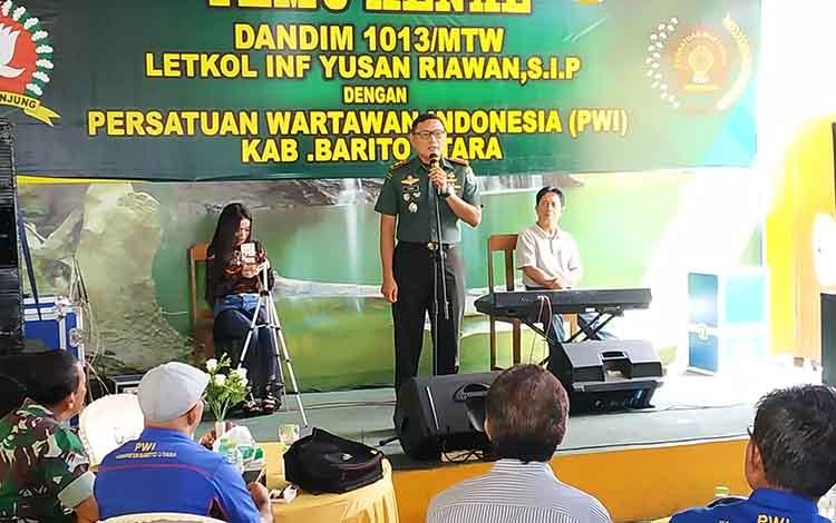 Dandim 1013 Muara Tewe, Letkol Inf Yusan Riawan ketika memberikan sambutan pada kegiatan temu kenal dengan PWI Barito Utara
