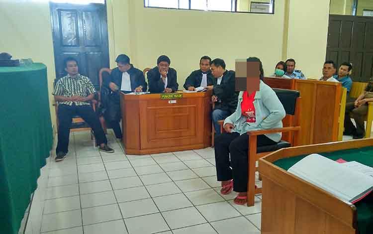Hr saat dihadirkan sebagai saksi oleh JPU atas kasus ancaman pembunuhan yang dilakukan oleh suaminya.