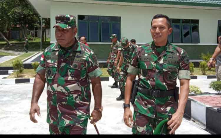 Pangdam XII Tanjungpura Mayor Jenderal TNI Herman Asaribab didampingi Dandim 1014 Pangkalan Bun Letkol Inf Muhammad Roni Sulaiman saat melakukan tinjauan di lingkungan Kodim 1014 Pangkalan Bun
