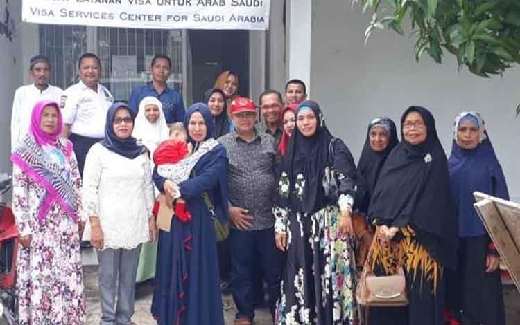 Calon Jemaah Haji Kabupaten Kapuas saat melakukan kepengurusan visa di Kota Palangka Raya