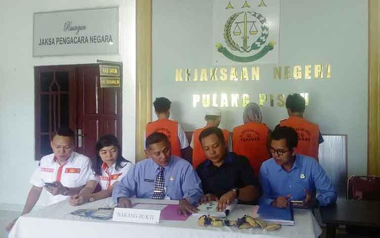 Proses penyerahan berkas perkara narkoba dari Kejati dan BNN ke Kejari Pulang Pisau, Jumat (5/4/2019).