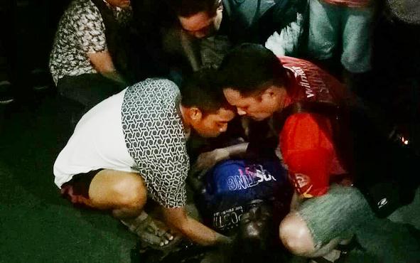 Korban ZH  saat akan dievakuasi menuju PKU Muhammadiyah Palangka Raya, Sabtu (6/4/2019) malam.