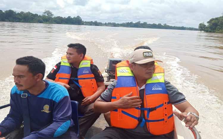 Kanit Reskrim Polsek Dusun Utara bersama anggota melakukan pencarian korban tenggelam