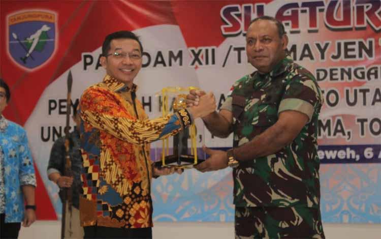 Bupati Murung Raya menyerahan cinderamata kepada Pangdam Tanjungpura