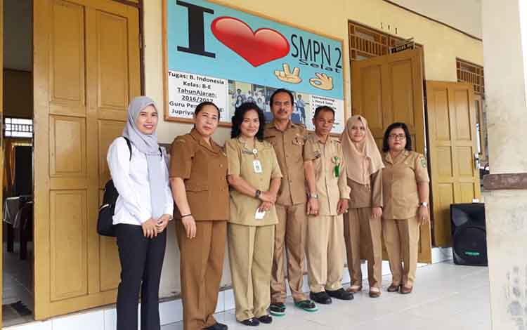 Kepala SMPN 2 Selat Kadeni (tengah) saat menerima tim monitoring evaluasi pelaksanaan USBN, Senin (8/4/2019).