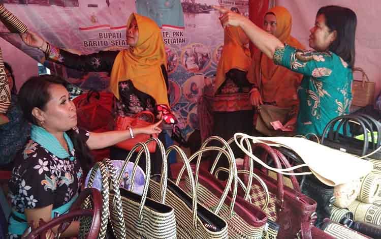 Pamerkan kerajinan lokal pada pencanangan BBGRM di KotaringinTimur