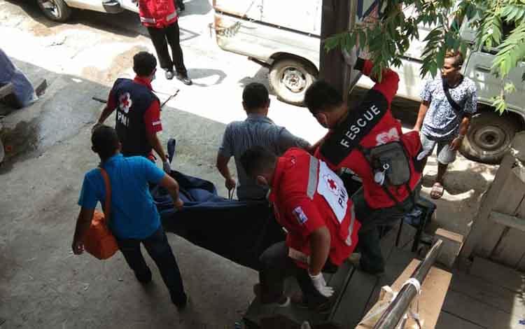 Petugas mengevakuasi jasad korban ditemukan tewas di losmen di Sampit, Selasa (9/4/2019).
