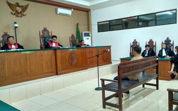 Mantan bupati Katingan Ahmad Yantenglie saat menjalani persidangan di Pengadilan Tipikor Palangka Raya, Selasa (9/4/2019).