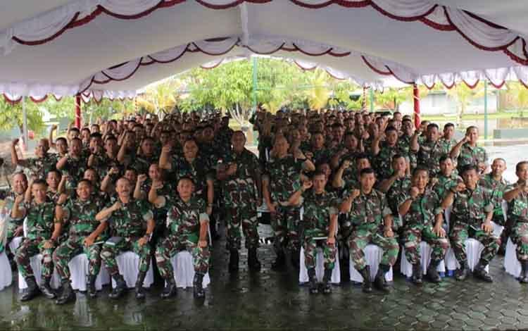 Pangdam XII/Tpr Mayjen TNI Herman Asaribab didampingi Dandim 1011 KLK Letkol Kav Bambang Kristianto Bawono bersama prajurit TNI, Selasa (9/4/2019)