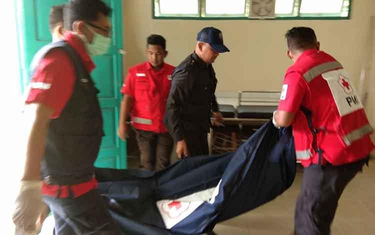 Petugas PMI Kabupaten Kotim mengevakuasi jasad korban ke kamar jenazah RSUD dr Murjani Sampit.
