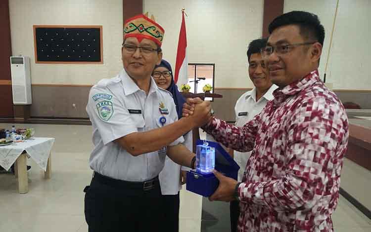 Deputi Meteorologi BMKG pusat R Mulyono Rahadi Prabowo, saat menyerahkan cendramata kepada anggota DPR RI Rahmat Nasution Hamka, Rabu (10/4/2019).